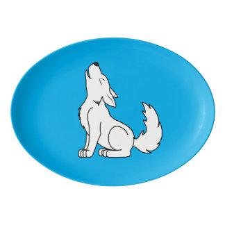 遠ぼえしている白いオオカミ子犬 磁器大皿