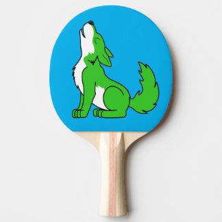 遠ぼえしている緑のオオカミ子犬 卓球ラケット