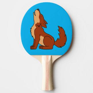 遠ぼえしている自然なアメリカアカオオカミの子犬 卓球ラケット