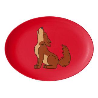 遠ぼえしている自然なアメリカアカオオカミの子犬 磁器大皿