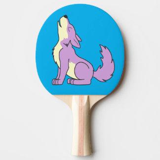 遠ぼえしている薄紫のオオカミ子犬 卓球ラケット