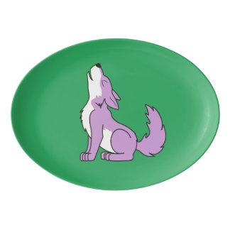 遠ぼえしている薄紫のオオカミ子犬 磁器大皿