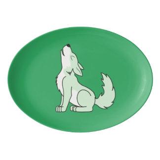 遠ぼえしている薄緑のオオカミ子犬 磁器大皿