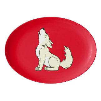 遠ぼえしている薄黄色のオオカミ子犬 磁器大皿