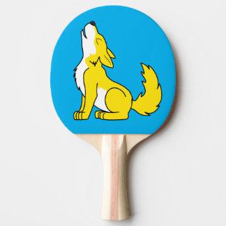 遠ぼえしている黄色いオオカミ子犬 卓球ラケット
