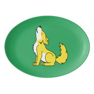 遠ぼえしている黄色いオオカミ子犬 磁器大皿