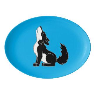 遠ぼえしている黒いオオカミ子犬 磁器大皿