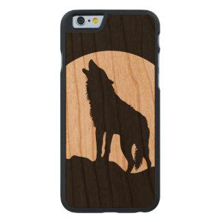 遠ぼえのオオカミのシルエットの木製のiPhone 6の場合