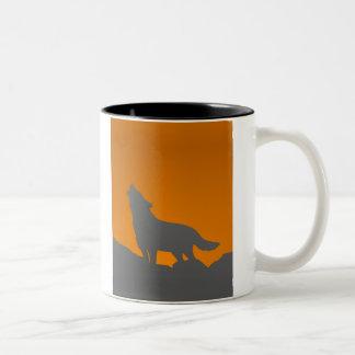 遠ぼえのオオカミのマグ ツートーンマグカップ