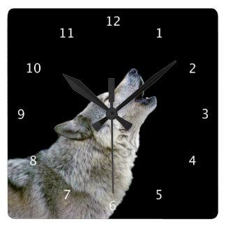 遠ぼえのオオカミの美しい写真のポートレート、ギフト スクエア壁時計