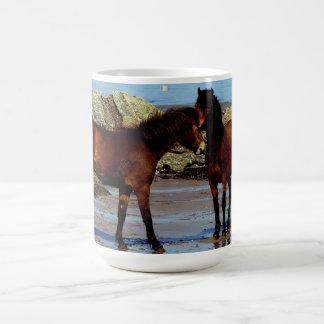 遠隔ビーチのデボン南2 Dartmoorの子馬 コーヒーマグカップ
