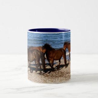遠隔ビーチのデボン南4 Dartmoorの子馬 ツートーンマグカップ