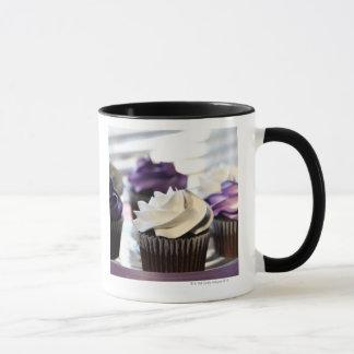 選択的な焦点が付いているカップケーキのクローズアップ マグカップ