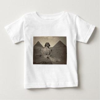 部分的に掘られるギーザのスフィンクス ベビーTシャツ