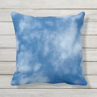 部分的に曇った青空の正方形の装飾用クッション クッション