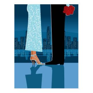 都市のロマンチックなカップル ポストカード