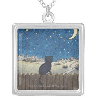 都市の上の夜空を見る塀の猫 シルバープレートネックレス