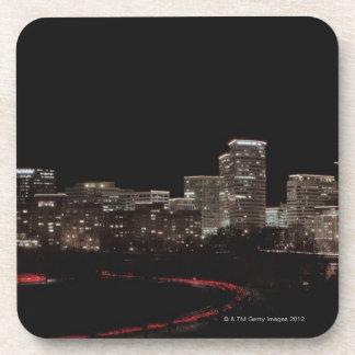 都市の建物は夜、ワシントン州につきました コースター