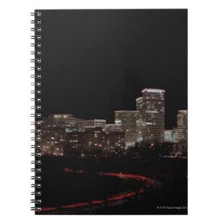 都市の建物は夜、ワシントン州につきました ノートブック