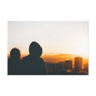 都市を見るカップル キャンバスプリント