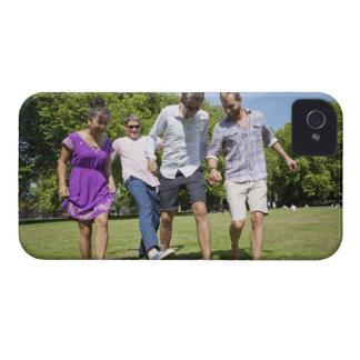 都市公園のフットボールと遊んでいる友人 Case-Mate iPhone 4 ケース