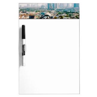 都市地下鉄のラインおよび超高層ビルの眺め ホワイトボード