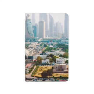 都市地下鉄のラインおよび超高層ビルの眺め ポケットジャーナル