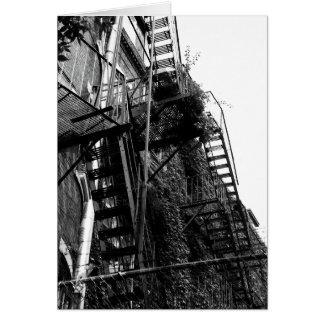 都市建物のファイア・エスケープB&Wの写真の挨拶状 カード
