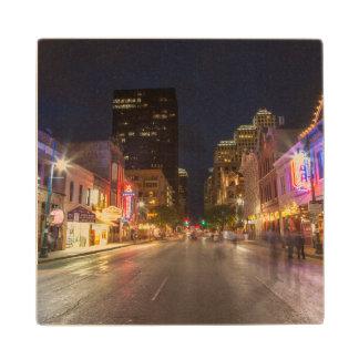 都心のオースティン、テキサス州の薄暗がりの第6通り ウッドコースター