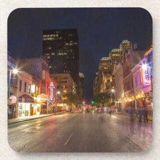 都心のオースティン、テキサス州の薄暗がりの第6通り コースター