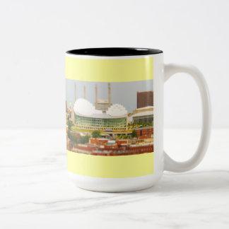 都心のカンザスシティの傾き転位のミニチュアの写真 ツートーンマグカップ