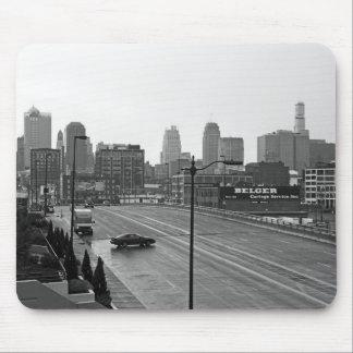都心のカンザスシティ、ミズーリの黒く及び白い写真 マウスパッド