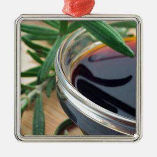 醤油およびローズマリーの葉が付いているガラスコップは閉まります メタルオーナメント