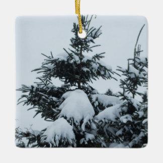 重い雪で覆われた松の木 セラミックオーナメント