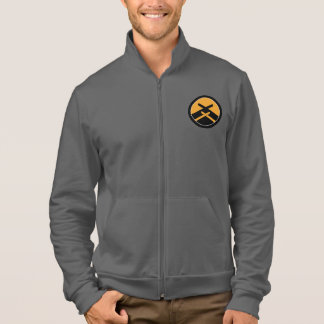 重要なKatoriはフリースのジャケットのファスナーを締めます ジャケット