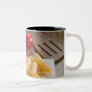 重量のスケールの未加工パスタ ツートーンマグカップ