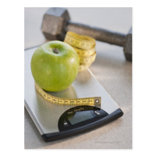 重量のスケール、巻尺の緑のりんご ポストカード