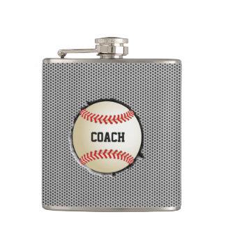 野球は金属の背景のスポーツコーチを埋め込みます フラスク