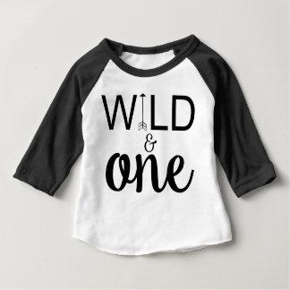 野生および1枚の矢の第1誕生日のraglanのワイシャツ ベビーTシャツ
