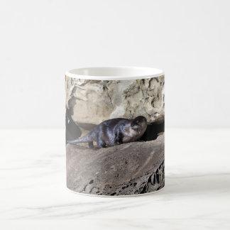 野生のカワウソ-マグ コーヒーマグカップ