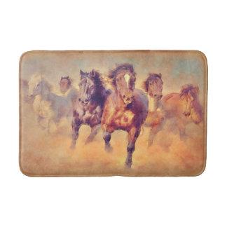 野生のムスタングの馬のスタンピードの水彩画 バスマット