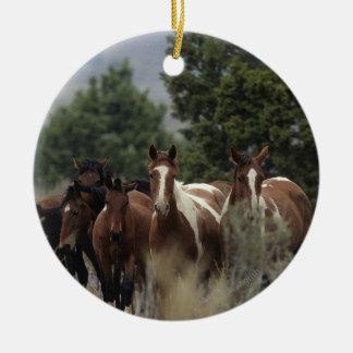 野生のムスタングの馬2 セラミックオーナメント