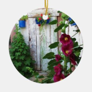 野生の庭の美しく素朴で古く青いドア セラミックオーナメント