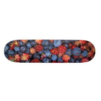 野生の果実のブルーベリーのラズベリーのコラージュ スケートボード