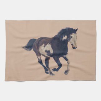 野生の疾走するまだら馬のアメリカのペンキの馬 キッチンタオル