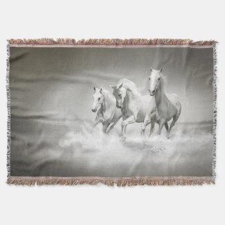 野生の白馬の編まれたブランケット スローブランケット