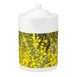 野生の花の中型の茶ポット