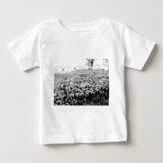 野生の花の侵入 ベビーTシャツ