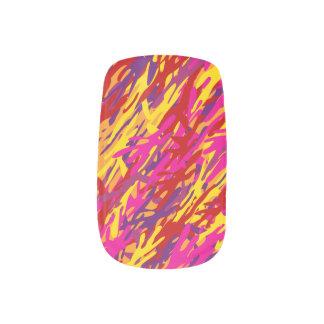 野生の赤く及び黄色のカムフラージュの釘締め ネイルアート