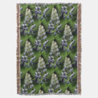 野生の青いLupineによっては自然パターンが開花します スローブランケット